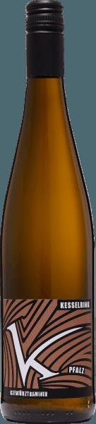 DeGewürztraminer trocken van Lukas Kesselring uit het Duitse wijnbouwgebied Pfalz is een extravagante, raszuivere en verleidelijke witte wijn, gevinifieerd van biologisch geteelde druiven. Een briljant strogeel met gouden hoogtepunten, deze wijn presenteert zich in het glas. De neus wordt bedorven door een bouquet dat typisch is voor de variëteit. Kruidige noten van kruidnagel en nootmuskaat worden onthuld, aangevuld met bloemige noten van rozen. Het fruitige aroma wacht met rijpe lychees, zongerijpte citrusvruchten en physalis. In de mond heeft deze Duitse biologische witte wijn een veelzijdige, intense en expressieve body. Ondanks de kracht, komt een bezielende frisheid wonderwel door. Ook de aroma's van de neus komen tot uiting en zijn in perfecte balans met frisheid, volheid en het karakter van de druivensoort. Spijsadvies voor deKesselringGewürztraminer Geniet van deze droge witte wijn uit Duitsland bij ganzenlever met geroosterde uien enappelchutney op aardappelpuree, fijne runderstoof met lintnoedels of bij sterke kazen.