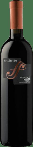 De La Cortigiana Merlot Veneto IGT van Sacchetto glinstert robijnrood in het glas met een neiging naar een prachtig bordeauxrood. Het bouquet van deze cuvée ontvouwt zich met de heerlijke aroma's van kersen en zwarte bessen, die worden afgerond door fijne kruidige tonen. Deze sappige en volle rode wijn is heerlijk zacht en rond in de mond. Vinificatie van de Sacchetto La Cortigiana Deze cuvée wordt gevinifieerd met 85% Merlot en 15% Cabernet Sauvignon. De most wordt onder temperatuurcontrole gedurende 8-10 dagen gemacereerd. Na de gisting wordt een deel van deze rode wijn 6-8 maanden in barriques gerijpt, het andere deel 10-12 maanden in Slavonische eiken vaten. Voor de finishing touch wordt La Cortigiana geraffineerd in roestvrijstalen tanks en vervolgens in flessen. Spijsaanbeveling voor de Sacchetto La Cortigiana Geniet van deze droge rode wijn bij gebraden varkensvlees of gegrild wit en rood vlees.