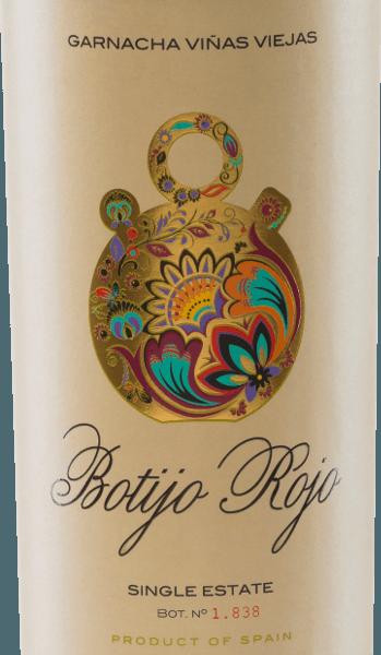 DeBotijo Rojo GarnachaViñas Viejasvan Bodegas Frontonio schittert in een intens robijnrood. In de neus ontvouwen zich heerlijke aroma's van rode bessen en rijpe kersen. Aan het boeket zijn nog fijne reminiscenties van zure kruiden toegevoegd. Het gehemelte wordt overtuigd door een volle, elegante rode wijn uit Spanje - de aroma's van de neus zijn ook op het gehemelte terug te vinden. De tannines zijn perfect geïntegreerd in deBotijo Rojo GarnachaViñas Viejas. De afdronk is lang en onvergetelijk. Vinificatie van de Botijo Rojo GarnachaViñas Viejasvan Bodegas Frontonio De Garnacha druiven voor deze single varietal rode wijn zijn afkomstig van 50-70 jaar oude wijnstokken. De maceratie onder gecontroleerde temperatuur vanvindt plaats in betonnen kuipen. De zijdezachte tannines van deGarnacha Tinta Botijo Rojo Viñas Viejas worden verkregen door 6-8 maanden rijping in Frans eiken. Spijsadvies voor deGarnacha Tinta Botijo RojoViñas Viejas Geniet van deze rode wijn uit Aragon bij lamsvlees en honingragout, gegrild varkensvlees metbarbecuesaus of bij belegen kazen. Onderscheidingen voor de Botijo RojoViñas Viejas AWC Wenen: goud voor 2015