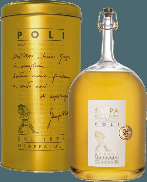 Jacopo Poli'sSarpa Oro di Poli is een milde, zachte grappa gedistilleerd uit de marcs van Merlot (60%) en Cabernet Sauvignon (40%). In het glas schittert deze druivendraf-eau-de-vie in een warm goud met schitterende reflecties. Het aromatische bouquet onthult fijne aroma's van tropisch fruit, citroenen en kruidige tonen van vanille en zoethout. In de mond is deze grappa heerlijk fluweelzacht met een milde body. De zachte volheid wordt perfect omhuld door warme kruidensmaken. Distillatie van de Jacopo Poli Grappa Sarpa Oro di Poli Big Mama De nog verse draf wordt op traditionele wijze gedistilleerd in oude koperen distilleertoestellen. Na het distillatieproces heeft deze Grappa nog 75 Vol%. Door toevoeging van gedistilleerd water bereikt deze druivendraf brandewijn een alcoholgehalte van 40% vol. Daarna rust deze grappa in totaal 4 jaar in barriques van Frans Allier-eikenhout, om uiteindelijk zachtjes gefilterd te worden gebotteld. Serveersuggesties voor de Big Mama Sarpa Oro di Poli Jacopo Poli Grappa Deze Italiaanse druivendraf brandewijn wordt het best gedronken bij een temperatuur van 18 tot 20 graden Celsius - bij voorkeur als digestief of gewoon puur op een gezellige avond.