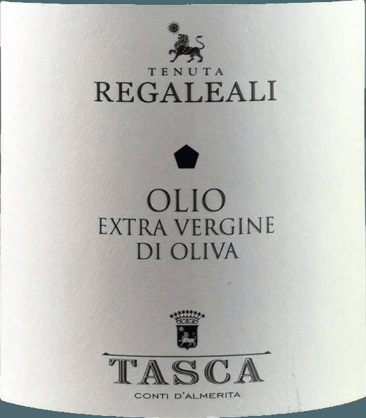 De Olio Extra Vergine di Oliva van Tasca d'Almerita uit Sicilië is een heerlijk aromatische olijfolie van eerste persing. Vooral aroma's van rozemarijn en rijpe tomaten zijn herkenbaar, maar ook fijne tonen van witte truffel en artisjokken. De jeugdigheid van de olijfolie wordt onderstreept door een lichte tinteling. De geteelde variëteiten zijn voornamelijk Nocellara en Biancolilla, maar ook Frantoio. Het bijzondere microklimaat geeft deze heerlijke olijfolie zijn bijzondere kenmerken. Productie van de Olio Extra Vergine d'Oliva van Tenuta Regaleali De oogst op het landgoed Regaleali wordt met de hand gedaan. Op dezelfde dag als de oogst worden de olijven naar de oliepers in Valledolmo gebracht en koud geperst. Voor de natuurlijke decantatiefase wordt de olie naar de kelders gebracht en wanneer de kou in Regaleali in maart wegebt, wordt de olie ongefilterd gebotteld.De familie Tasca d'Almerita bezit 3.000 olijfbomen, waarvan er 1.000 ouder zijn dan 80 jaar Spijsadvies voor de Olio Extra Vergine d'Oliva van Tenuta Regaleali uit Tasca d'Almerita Wij bevelen deze koudgeperste olie volgens Siciliaanse traditie aan bij groentesoepen, pasta, gegrild vlees en verse salade. Het wordt ook traditioneel gebruikt voor het bakken van de traditionele Panelle di Case Grandi, een soort pannenkoek. Prijzen voor Tasca d'Almerita olijfolie I Migliori Extra Vergine del Monde di Marco Oreggia - Guida Flos olei 2010 I Migliori Oli del Mondo - De fijnproever, Hamburg 2009