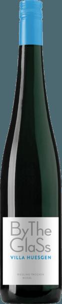 De Riesling By the Glass van Villa Huesgen komt in het glas met een helder platina geel en streelt de neus met sappige fruitaroma's van rijpe appels, witvlezige perzik en verse abrikoos. Een delicate hint van citroen en minerale nuances van Devon leisteen, typisch voor de Moezel, completeren het bouquet van deze pittige Duitse witte wijnklassieker. In de mond presenteert de Villa Huesgen Riesling by the Glass zich heerlijk evenwichtig met een frisse zuurgraad, elegant fruit en een mooie lengte. In de lange afdronk zijn nuances van gekonfijte citroen waarneembaar. Vinificatie van de Villa Huesgen Riesling per glas De druiven voor de Riesling by the Glass zijn afkomstig van wijngaarden die tussen de 10 en 15 jaar oud zijn. De druiven worden met de hand geoogst, ontsteeld en na persing wordt de most gefermenteerd in roestvrijstalen tanks onder temperatuurcontrole. Spijs aanbeveling voor de Villa Huesgen Riesling By the Glass Geniet van deze droge witte wijn uit de Moezel bij pasta met zeevruchten of gerechten met witte wijnsaus.