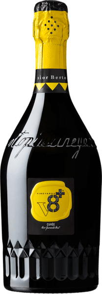 DeBerto Cuvée Spumante Brut van Vineyards v8+ is een heerlijk mousserende cuvée van verschillende witte druivensoorten, die afzonderlijk worden gevinifieerd. In het glas straalt deze wijn een strogele kleur met sprankelende highlights. De langdurige perlage danst gelijkmatig naar het oppervlak. In de neus intense bloemenaroma's en subtiele hints van versgebakken gistvlaai. Het bouquet wordt onderstreept door citrus nuances. In de mond is deze Spumante verrukkelijk met een prachtige harmonie, goed in balans en een goede body met frisse zuren. Spijsadvies voor deVineyards v8+ Berto Cuvée Spumante Brut Deze Spumante uit Italië is het ideale aperitief voor alle soorten festiviteiten - of het nu gaat om een familiefeest, een bruiloft of een verjaardagsfeest - sprankelend, fris en aromatisch.
