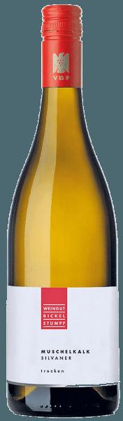 De Silvaner Muschelkalk van Bickel-Stumpf presenteert zich in het glas in een helder geel met de heerlijk exotische aroma's van verse vijgen en honingmeloenen, die worden ondersteund door minerale hints. Deze Silvaner uit Franken verleidt in de mond met een delicate zuurgraad en een aangename frisheid en delicaat fruit. Met een romige en smeltende mineraliteit eindigt deze witte wijn in een lange afdronk. Spijsadvies voor de Bickel-Stumpf Silvaner Muschelkalk Geniet van deze droge witte wijn bij klassieke vleesgerechten met knapperige groenten.