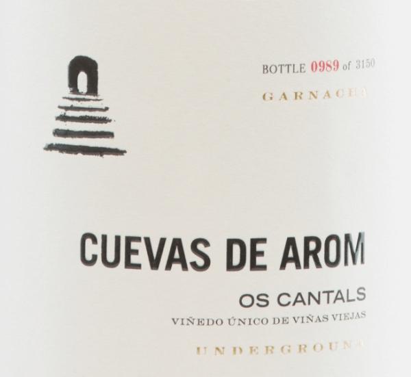 DeOs Cantals van Cuevas de Arom is een uitstekende, complexe rode wijn van het druivenras Garnacha Tinta (100%). Deze rode wijn wordt verbouwd in de Spaanse D.O.. Campo de Borja in Aragon. In het glas fonkelt deze Spaanse wijn in een medium granaatrood met lichtrode accenten. Het aromatische bouquet heeft een complexe verscheidenheid aan aroma's. In de neus sappige kersen, pruimen en rijpe frambozen met hints van verse zoethout en venkel. De kruidige secundaire noten onthullen zwarte peper, kruidnagel en subtiele rokerige nuances. De goed gestructureerde body heeft een pittig karakter dat hand in hand gaat met soepele, rijpe tannines en een strakke zuurstructuur. Deze Spaanse rode wijn overtuigt met finesse, elegantie en een lange, aanwezige afdronk. Vinificatie van deCuevas de AromOs Cantals De Garnacha-druiven voor deze complexe rode wijn groeien op een hoogte van 500-600 m in vlak terrein op wijnstokken die meer dan 25 jaar oud zijn. De bodem is rijk aan ijzer, kalk en rotsen. De groei van de druiven wordt bevorderd door het continentale klimaat vanmet een lichte mediterrane invloed. De oogst en ook de selectie van de druiven worden zorgvuldig met de hand gedaan. Na de voorzichtige en zorgvuldige persing van de druiven, wordt het resulterende beslag in cementtanks bij een gecontroleerde temperatuur vergist. Na deze voltooide gisting rijpt deze wijn 10 maanden in Franse eiken vaten. Ten slotte wordt deze rode wijn licht gefilterd en gebotteld. Spijsaanbeveling voor deOs Cantals van Cuevas de Arom Van deze droge rode wijn uit Spanje moet je gewoon alleen genieten op gezellige avonden. Decanteer deze wijn vroeg, zodat het hele aromaspectrum zich kan ontvouwen. Prijzen voor deOs Cantals Decanter: 94 punten voor 2015 Guía Peñín: 91 punten voor 2015 The Wine Advocate: 92 punten voor 2015