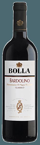 Deze frisse en lichte Bardolino DOC Classico van Bolla presenteert zich in een stralende robijnrode kleur. In de neus zijn aroma's van pruimen en zure kersen te ruiken, evenals subtiele pepertoetsen. In de mond ontvouwt zich een zachte, fruitige smaak van zwart fruit. Een frisse afwerking rondt het af. Food Pairing / Voedingsadvies voor deBardolino DOC Classico van Bolla De Bardolino is een zeer typische, ongecompliceerde begeleider van pasta met tomatensaus, pizza en risotto.