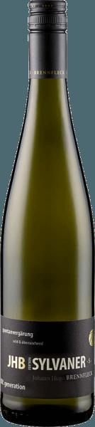De JHB Johann spontane & wilde Silvaner S van het wijnhuis Brennfleck verschijnt in een intens geel met groenige reflecties in het glas en verleidt met zijn subtiele houttoets en kruidige aroma's van kruiden en kruisbessen. Deze witte wijn uit Franken is in de mond aanwezig met een elegante mineraliteit en de aroma's van rijp, geel fruit en peren. Vinificatie voor de JHB Johann spontane & wilde Silvaner S van de Brennfleck Winery De JHB Edition is een eerbetoon aan de jongste zoon van de familie Brennfleck, Johann Hugo, die spontaan en wild is. De druiven voor deze wijn werden spontaan vergist en gerijpt in traditionele dubbele vaten. Dit geeft deze Silvaner zijn evenwicht en romigheid. Spijsadvies voor de JHB Johann spontan & wild Silvaner S van de Brennfleck Winery Geniet van deze droge witte wijn bij lichte, zomerse gerechten zoals asperges en salades, antipasti, pasta met roomsaus, wit vlees of jonge zachte kaas. Onderscheidingen voor de JHB Johann spontane & wilde Silvaner S van de Brennfleck Winery Mundus Vini: Goud (Vintage 2013) Frankische Wijngaard: Goud (Wijnoogst 2012)