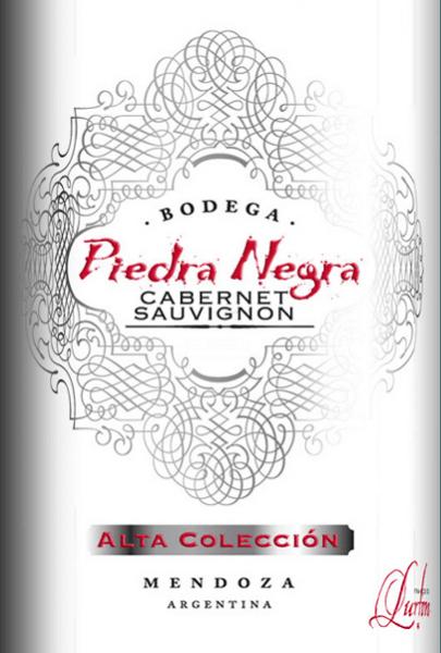 De intens rode kleur van de Alta ColleciónCabernet Sauvignon van Bodega Piedra Negradoet denken aan een heldere robijn. Een verleidelijke geur van wilde bessen met een flinke snuf peper verspreidt zich door de neus. In de mond presenteert deze Argentijnse rode wijn zich met aangenaam rijpe tannine, die deze wijn een goede structuur geeft. De dichte, fluweelzachte body wordt gedragen door zoet gerijptbessenfruit, zoethout en een fijne hint van eiken kruidigheid. De afdronk heeft een mooie, aangename lengte. Aanbevolen voedsel voor de Piedra Negra Alta ColleciónCabernet Sauvignon Geniet van deze droge rode wijn uit Argentinië bij mediterrane gerechten of kort geroosterd lamsvlees. Maar ook solo is deze wijn een waar genoegen.