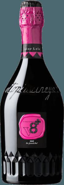 Gemaakt van verschillende rode druivensoorten die afzonderlijk worden gevinifieerd, deze verrukkelijke mousserende cuvée Sior Lele Rosé Spumante Brut van Vineyards v8+. Een kristalhelder roze met lichtroze accenten schittert in het glas van deze Spumante met gelijkmatig oplopende perlage. Het aromatische bouquet wordt duidelijk gedomineerd door verse, rijpe bessen - met name sappige framboos komt naar voren. De levendige, stimulerende zuurgraad harmonieert wonderwel met de zachte en evenwichtige body Spijsadvies voor deVineyards v8+ Sior Lele RoséSpumante Brut Deze Spumante uit Italië, een stimulerend aperitief, is altijd een graag geziene en perfecte gast op bruiloften, verjaardagsfeestjes of zelfs familiebijeenkomsten