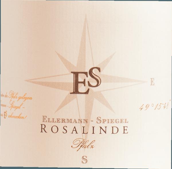 De Rosalinde Rosé uit Ellermann-Spiegel in de Pfalz heeft een schitterende, krachtige rosérode kleur in het glas. In het centrum vertoont deze rosé ook charmante rood-gouden accenten. Na de eerste zwenking wordt deze wijn gekenmerkt door een schitterende schittering die hem pittig doet dansen in het glas. Deze Duitse cuvée presenteert in het glas heerlijk expressieve tonen van physalis, papaja's, sterfruit en Gallia meloen. Dit wordt vergezeld door hints van ander fruit. Deze Duitse wijn bekoort door zijn elegant droge smaak en werd gebotteld met uitzonderlijk weinig restsuiker. Met een wijn in de instapklasse absoluut geen kwestie van natuurlijk, zodat deze Duitse wijn betovert natuurlijk met alle droogheid met fijn evenwicht. Smaak heeft niet per se suiker nodig. Op de tong wordt deze lichtvoetige roséwijn gekenmerkt door een ongelooflijk lichte textuur. De finale van deze rosé uit de Pfalz is meeslepend met een goede nagalm. Vinificatie van de Ellermann-Spiegel Rosalinde Rosé De elegante Rosalinde Rosé uit Duitsland is een cuvée, geperst van de druivensoorten Blauer Portugieser en Spätburgunder. Na de druivenoogst gaan de druiven zo snel mogelijk naar de perserij. Hier worden ze gesorteerd en zorgvuldig uit elkaar gehaald. Nadat het sap is geperst, vindt de gisting plaats in roestvrijstalen tanks bij gecontroleerde temperaturen. Aan het einde van de gisting rijpt de Rosalinde Rosé gedurende enkele maanden op de fijne droesem. Spijsadvies voor de Ellermann-Spiegel Rosalinde Rosé Geniet van deze rosé wijn uit Duitsland bij voorkeur goed gekoeld op 8 - 10°C als begeleider van omelet met zalm en venkel, aspergesalade met quinoa of kokos-limoen viscurry.
