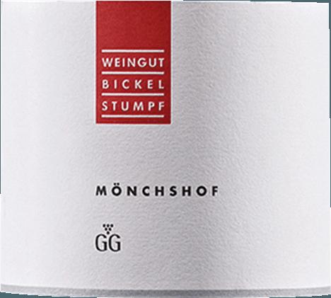 De Bickel-Stumpf Mönchshof Silvaner is een eersteklas witte wijn in het wijnglas. Hier heeft hij een prachtige dichte, lichtgele kleur. Bij het ronddraaien van het wijnglas onthult deze witte wijn een hoge dichtheid en volheid, die zich uit in kerkramen aan de rand van het glas. In de neus onthult deze Bickel-Stumpf witte wijn allerlei soorten appels, peren, acacia, kamperfoelie en lelies. Alsof dat nog niet indrukwekkend was, komen vanille, cacaoboon en pure chocolade erbij tijdens het rijpingsproces in roestvrij staal Deze wijn is verrukkelijk met zijn elegante droge smaak. Hij werd gebotteld met slechts 8,1 gram restsuiker. Zoals je natuurlijk mag verwachten van een wijn in het segment van de icoonwijnen, brengt deze Duitse wijn je in vervoering met de fijnste balans ondanks al zijn droogheid. Smaak heeft niet noodzakelijk veel restsuiker nodig. Deze dichte witte wijn presenteert zich vol druk en facetten op het gehemelte. Door zijn vitale fruitzuren openbaart de Mönchshof Silvaner Großes Gewächs zich heerlijk fris en levendig in de mond. In de afdronk inspireert deze witte wijn uit het wijnbouwgebied Franken uiteindelijk met een aanzienlijke lengte. Er zijn opnieuw hints van roos en viooltjes. In de afdronk komen minerale tonen van de door kalksteen gedomineerde bodem. Vinificatie van de Mönchshof Silvaner Großes Gewächs von Bickel-Stumpf De basis voor de krachtige Mönchshof Silvaner Großes Gewächs uit Franken zijn druiven van de Silvaner-druifsoort. De druiven groeien onder optimale omstandigheden in Franken. Hier graven de wijnstokken hun wortels diep in de kalksteenbodem. Natuurlijk wordt het Mönchshof Silvaner Großes Gewächs ook bepaald door klimatologische en stilistische factoren van Frickenhausen. Deze Duitse wijn kan worden omschreven als een Oude Wereld wijn in de beste zin van het woord, die zich op een buitengewoon indrukwekkende manier presenteert. Het feit dat de Silvaner-druiven gedijen onder invloed van een vrij koel klimaat heeft ook een niet te 