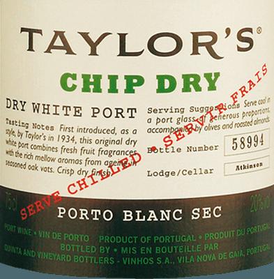 DeChip Dry by Taylor's Port uit het Portugese wijnbouwgebied Douro combineert de druivensoortenMalvasia, Rabigato, Esgana Cão, Viosinho en Gouveio In het glas schittert deze port in een schitterend strogeel met groen-gouden reflecties. Het verleidelijke bouquet betovert de neus met aanwezige tonen van noten en gedroogd fruit. In de mond heeft deze port levendig fruit - vooral sappige perzik en rijpe druiven - en een verrassend frisse zuurgraad. De subtiele restzoetheid benadrukt perfect de subtiele nootachtige kruidigheid in de neus en de rijpheid van deze Portugese wijn. Het volume en de rijkdom komen daardoor nog beter uit de verf. In de lange afdronk is deze Port heerlijk droog en levendig. Vinificatie van de Taylor's Port Chip Dry De druiven voor deze port worden met de hand geoogst in de Dourovallei. Het vinificatieproces is hetzelfde als voor een klassieke Port, behalve dat de gist in deze droge Port langer mag werken dan in een zoete Port. Zodra het grootste deel van de suiker is vergist, wordt het distillaat met een hoog percentage toegevoegd.  Nu rust deze port gedurende de winter in grote vaten tot hij in het voorjaar naar de lodges van Vila Nova de Gaia wordt verscheept. Daar rijpt deze port 4 tot 5 jaar in grote, oude eiken vaten. Spijs aanbeveling voor de Chip Dry Taylor's Port Douro Deze droge port is een heerlijk aperitief of kan ook worden geserveerd als een verfrissende longdrink (Portonic). Meng gewoon een deel Taylor's Chip Dry met twee delen tonicwater en garneer met verse munt op ijs - heerlijk verfrissend.