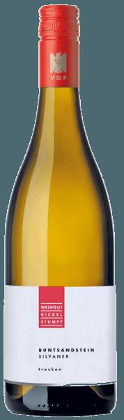 De elegante Silvaner Buntsandstein Bickel-Stumpf komt in het glas met een heldere lichtgele kleur. De neus van deze witte wijn uit Franken is verrukkelijk met tonen van kweepeer, nashi peer, pruim en zwarte kers. Als we de aroma's verder volgen, komen daar nog kaneel, peperkoekkruiden en cacaobonen bij De Silvaner Buntsandstein van Bickel-Stumpf is precies goed voor alle wijnliefhebbers die zo weinig mogelijk restsuiker in hun wijn willen. Tegelijkertijd oogt hij echter nooit mager of broos, zoals men natuurlijk zou verwachten van een wijn uit de hoge kwaliteitswijnklasse. In de mond is de textuur van deze evenwichtige witte wijn heerlijk licht. Dankzij de aanwezige fruitzuren toont de Silvaner Buntsandstein zich uitzonderlijk fris en levendig in de mond. De afdronk van deze witte wijn uit de wijnstreek Franken, meer bepaald uit Frickenhausen, maakt uiteindelijk indruk met een aanzienlijke nagalm. De afdronk gaat ook vergezeld van minerale hints van de door zandsteen gedomineerde bodems. Vinificatie van de Bickel-Stumpf Silvaner Buntsandstein De basis voor de evenwichtige Silvaner Buntsandstein uit Franken zijn druiven van de Silvaner-druifsoort. De druiven groeien onder optimale omstandigheden in Franken. Hier graven de wijnstokken hun wortels diep in de bodem van zandsteen. De druiven voor Silvaner Buntsandstein worden, wanneer ze perfect rijp zijn, uitsluitend met de hand geoogst, zonder de hulp van grove en minder selectieve machines. Na de oogst bereiken de druiven de wijnmakerij via de snelste weg. Hier worden ze geselecteerd en zorgvuldig vermalen. De gisting vindt vervolgens plaats in roestvrijstalen tanks bij gecontroleerde temperaturen. De gisting wordt gevolgd door enkele maanden rijping op de fijne droesem voordat de wijn uiteindelijk wordt gebotteld. Aanbevolen voedingsmiddelen voor Bickel-Stumpf Silvaner Buntsandstein Deze Duitse wijn wordt het best gedronken matig gekoeld bij 11 - 13°C. Het is perfect als bijgerecht bij spaghetti met yoghurt-muntpesto
