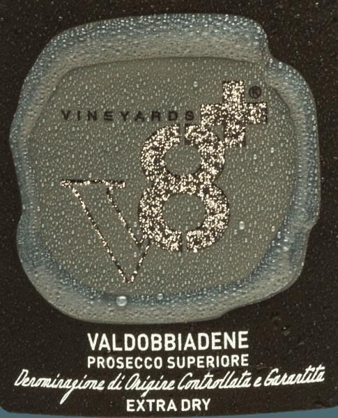 Sior Piero Valdobbiadene Prosecco Superiore Extra Dry by Vineyards v8+ is een voortreffelijke, rassige mousserende wijn die uitsluitend wordt gevinifieerd van de Italiaanse druivensoort Glera. In het glas glinstert deze mousserende wijn met een delicaat lichtgeel en de fijne, persistente perlage stijgt tot een fijne mousseux aan de oppervlakte. De neus wordt betoverd door aroma's van rijpe appels en sappige peren. Het bouquet wordt ondersteund door nootachtige hints. In de mond is deze Prosecco verrukkelijk met een zijdezachte, romige textuur en een zachte body. Ook in de mond komen de fruitige aroma's van de neus heerlijk naar voren. Spijsaanbeveling voor deVineyards v8+Sior Piero Valdobbiadene Prosecco Superiore Geniet van deze Prosecco Spumante uit Italië met een verscheidenheid aan hors d'oeuvres - of fingerfood, groentesticks of tapas. Maar ook solo is deze mousserende wijn een waar genoegen.