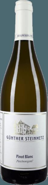 Het door Günther Steinmetz gegiste Pinot Blanc beslag komt in het glas met een briljant strogeel en onthult onmiddellijk een ongelooflijke, bijna Bourgondische elegantie, die ook tot uiting komt in het lage alcoholgehalte. Deze witte wijn, die 10 dagen op de schillen heeft gegist, heeft na de gisting 4 maanden op groot hout gerijpt en presenteert daarom in de neus, naast aroma's van rijpe appel en sappige Abbé Fetel peer, nuances van amandelen, noten en fijne, door leisteen beïnvloede rook. In de mond is de Günther Steinmetz Pinot Blanc van pure gisting, ongelooflijk stevig, sappig en vol. Hij doet echter nooit denken aan een overdreven vanille, op vat gegiste Chardonnay, maar blijft altijd elegant. Delicate tannines structureren het gehemelte uitstekend en leiden naar een mooie, middellange afdronk. Vinificatie van de Günther Steinmetz Pinot Blanc Mash Gefermenteerde De druiven voor deze witte wijn komen van Moezelwijngaarden die worden gekenmerkt door blauwe leisteen en werden na de handmatige oogst snel naar de kelder gebracht. Na het macereren van de ontsteelde bessen lietwijnmaker Stefan Steinmetzzijn Pinot Blanc-druiven 10 dagen op de schil gisten. De wijn rijpte vervolgens 11 maanden op de droesem in een houten vat van 1000 liter. Lekker bij de Pinot Blanc van Günther Steinmetz Geniet van deze briljante Pinot Blanc uit de Moezel bij bouillabaisse, gepocheerde vis of gewoon op zichzelf.
