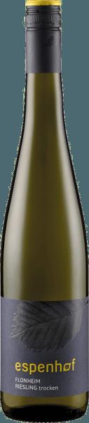 """De Flonheimer Weisser Riesling van het wijnhuis Espenhof presenteert zich in het glas in een intens strogeel met groenige reflecties en inspireert met zijn ongecompliceerde en levendige bouquet. Deze bevat de heerlijke aroma's van peren, knapperige appels en citrusvruchten. Deze fruitige noten gaan vergezeld van subtiele aardse en kruidige nuances. Deze witte wijn is perfect in balans met zijn vitale zuurgraad en droog fruit. Vinificatie voor deFlonheimer Weisser Rieslingvan de Espenhof Winery Deze witte wijn is gemaakt van Riesling uit de wijngaardenFlonheimer Binger Berg """"Kisselberg"""" en Uffhofener La Roche. De wijnstokken groeien er op de zuidelijke helling op bodems met een zandige lössleemlaag. In de ondergrond zorgen schelpkalksteen en rotsachtige grindbodem op de Kisselberg voor een intense mineraliteit. De druiven voor deze witte wijn worden met de hand geplukt, voorzichtig geperst en spontaan vergist in roestvrijstalen tanks en vaten van eikenhout uit Wachau. De wijn wordt vervolgens langzaam vergist en in volle gistopslag gerijpt tot de botteling. Spijsadvies voor de Flonheimer Weisser Riesling van de Espenhof Winery Geniet van deze droge witte wijn als aperitief, bij lichte aperitiefhapjes, Aziatische gerechten, gegrilde kipfilet in room-citroensaus, cantharellen of porcini dumplings. Onderscheidingen voor de Flonheimer Weisser Riesling van de Espenhof-wijnmakerij Jancis Robinson: 16,5 punten (jaargang 2015) Falstaff Duitsland: 89 punten (jaargang 2015) Gault Milllau: 86 punten (oogstjaar 2012) Eichelmann: 84 punten (oogstjaar 2011)"""