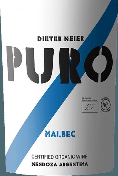 DePuro Malbec Mendoza van Dieter Meier is een zuivere rode wijn en presenteert zich in het glas in een diep robijnrood met violette accenten. In de neus ontvouwen zich aromatische tonen van verse bessen - vooral frambozen en bramen - sappige morellen, edele pruimen en subtiele hints van versgemalen koffiebonen. In de mond is deze rode wijn krachtig maar blijft zeer aangenaam toegankelijk. De aroma's van de neus presenteerden zich ook in de mond, waarbij vooral pruimen naar voren kwamen. De zacht gerijpte tannines zijn perfect geïntegreerd in de gestructureerde body en leiden naar een lange afdronk. Vinificatie van de Puro Malbec door Dieter Meier In het Argentijnse wijnbouwgebied Luján de Cuyo groeien de Malbec-wijnstokken op hooggelegen wijngaarden.Deze hoogte biedt de druiven het voordeel dat het natuurlijke rijpingsproces wordt vertraagd door de koele nachten, waardoor de druiven voor deze rode wijn tot volle rijpheid kunnen komen. Dit zorgt voor een perfecte harmonie van alcohol, tannines, aroma's en frisse zuren. Deze wijngaarden van Dieter Meier worden uitsluitend bewerkt volgens biologische landbouwmethoden. De oogst voor deze rode wijn vindt eind maart plaats. Na de zorgvuldige oogst worden de druiven onmiddellijk naar de wijnmakerij gebracht en bij een gecontroleerde temperatuur (27 à 28 °C) in roestvrijstalen tanks vergist. Dieter Meier gebruikt geen hout. De zuivere rijping in roestvrijstalen tanks geeft deze wijn zijn sappige, frisse en fruitige karakter. Voedingsadvies voor de Puro Malbec Deze droge rode wijn uit Argentinië past uitstekend bij sappig en kruidig gebraden rundvlees met een kruidenlaagje, gegrilde vleesspiesjes of ook bij kruidige pastagerechten en gerijpte harde kazen.