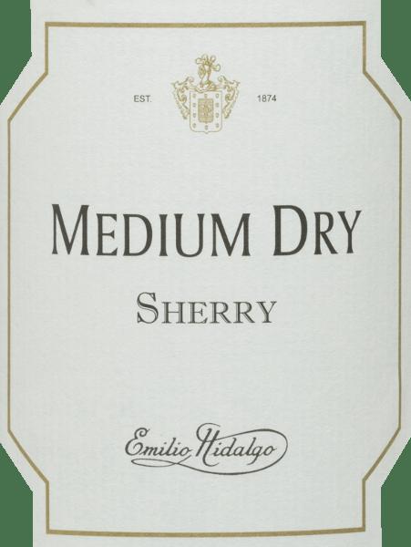 De Medium Dry van Emilio Hidalgo is een amberkleurige halfdroge sherry van de druivensoorten Palomino (93%), Pedro Ximénez (7%). In de neus verwent deze sherry met een elegant bouquet van pruimen, amandelen, walnoten en honing, alsmede wat karamel. Deze wijn flatteert het gehemelte met een elegante, milde smaak van amandelen en hazelnoten met een subtiele restzoetheid. Dit is een complexe en veelzijdige sherry met een fijn gekruide, lange afdronk. Vinificatie van de Hidalgo Medium Dry De met de hand geplukte druiven worden ontsteeld, voorzichtig geperst en de resulterende most wordt gefermenteerd in roestvrijstalen tanks onder temperatuurcontrole. De jonge wijn wordt vervolgens afgetapt, versterkt en voor een eerste rijping in vaten van Amerikaans eikenhout gelegd. De vaten worden slechts tot op zekere hoogte gevuld (maximaal 85%), zodat de karakteristieke flor (een gistlaag) zich kan ontwikkelen, die de wijn luchtdicht afsluit en hem het sherry-specifieke aroma geeft. Zodra de wijn is gerijpt, wordt hij overgebracht naar het traditionele solera-systeem, waarbij sherry's van hetzelfde type in boven elkaar geplaatste vaten worden gerijpt. De oudste wijnen worden opgeslagen in de onderste vaten (Solera), terwijl de jongste wijnen worden opgeslagen in de bovenste rijen (Criaderas). De sherry bestemd voor de verkoop wordt altijd uit de onderste vaten gehaald. Hier wordt echter slechts een klein deel (maximaal een derde) genomen en het genomen deel wordt vervolgens opgevuld met sherry uit de bovenste rijen. Het hele principe wordt voortgezet tot in de bovenste vaten waar jonge wijn, de Mosto, aan de sherry wordt toegevoegd. In de solera verliest de Amontillado zijn flor en begint het oxidatieve rijpingsproces. Tijdens deze fase ontwikkelt hij zijn aromatische volheid en de sterke kleur. Aanbevolen voedsel voor deMedium Dry Emilio Hidalgo Deze halfdroge sherry wordt licht gekoeld gedronken als een opwekkend aperitief, maar ook als een verfijnde begeleider van voorgerechte