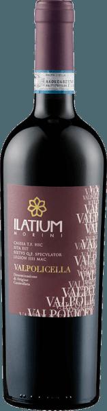 De Valpolicella DOC van Latium Morini schittert in het glas in een intens braambessenrood en ontvouwt zijn rasaroma's van kersen en donkere bessen, zoals bramen. Deze cuvée is intens, aangenaam en sappig in de mond. Een elegante frisse en tanninerijke wijn met een goede structuur. Vinificatie voor de Valpolicella DOC van Latium Morini Deze cuvée bestaat uit de druivensoorten Corvina, Rondinella en Croatina. Hun wijnstokken zijn geworteld op kalkhoudende leemgronden in de streek van Mezzane di Sotto. Na de oogst worden de druiven ontsteeld en geperst, gevolgd door een koude maceratie gedurende 12-18 uur bij 7-8°Celsius. De gisting vindt plaats bij een gecontroleerde temperatuur en deze wijn rijpt in roestvrijstalen tanks. Aanbevolen voedsel voor de Valpolicella DOC van Latium Morini Geniet van deze droge rode wijn bij voorgerechten en pasta, roze vlees en worst. Prijzen voor de Valpolicella DOC van Latium Morini Gambero Rosso: 1 glas (oogstjaar 2016) Wine Spectator: 85 punten (jaargang 2012)