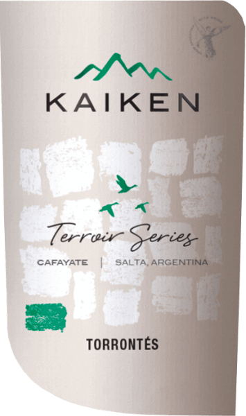De Terroir Series Torrontes van Viña Kaiken is een frisse, rasechte witte wijn uit de wijngaarden van Valle de Cafayate in de Salta wijnstreek van Argentinië In het glas straalt deze wijn een schitterend groengeel met gouden accenten. Het weelderig fruitige en elegante bouquet onthult aroma's van limoen, grapefruit en vers geraspte sinaasappelschil. Daarnaast komen er heerlijk verweven noten naar druiven en bloesem. Deze Argentijnse witte wijn presenteert zich heerlijk fris en levendig in de mond. De pittige zuurgraad is perfect geïntegreerd in de knisperende body en begeleidt tot in de finale met een prachtige lengte. Vinificatie van de Kaiken Torrontes Terroir Serie De Torrontes druiven voor deze witte wijn worden in maart in Cafayate geoogst. De druiven worden in kleine kisten verzameld en onmiddellijk naar de wijnmakerij van Kaiken gebracht. Daar worden de bessen volledig ontsteeld en voorzichtig gekneusd. Ongeveer 15% van de oogst wordt gedurende 4 uur koud gemacereerd. Dit geeft deze wijn extra complexiteit. Daarna wordt de most gedurende ongeveer 3 weken bij een gecontroleerde temperatuur (12 tot 16 graden Celsius) in roestvrijstalen tanks vergist. Nadat de gisting is voltooid, blijft deze wijn 6 maanden op de fijne droesem. Spijs aanbeveling voor de Torrontes Terroir Series Kaiken Geniet van deze droge witte wijn uit Argentinië goed gekoeld als aperitief. Deze wijn is ook uitstekend bij vis in fijne sauzen, verse pasta met knapperige groenten, Aziatische gerechten met lichte specerijen of ook bij milde geitenkaas.