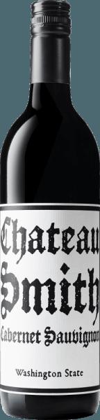 DeChateau Smith Cabernet Sauvignon van Charles Smith Wines is een fascinerende blend van Cabernet Sauvignon (98%) en Merlot (2%). In het glas presenteert deze Amerikaanse rode wijn zich in een rijk paars met violette reflecties. Het krachtige bouquet straalt heerlijke aroma's van zwarte bessen uit - onderstreept door tonen van gebrande koffiebonen en wat zwarte peper. In de mond komen fijne kruidige nuances naar voren met een zeer goed gestructureerde body, die weet te overtuigen met zijn diepgaande en volle karakter. De afdronk is heerlijk lang en blijft in het geheugen hangen. Vinificatie voor deChateau Smith Cabernet Sauvignon Na de zorgvuldige oogst van de druiven in de groeigebieden Yakima Valley en Columbia Valley, wordt de most vergist. De wijn wordt vervolgens 10 maanden op zijn droesem gerijpt. Het wijnhuis Charles Smith gebruikt 40% nieuwe Franse vaten voor de ontwikkeling van de rode wijn. Spijs aanbeveling voor de Cabernet Sauvignon Chateau Smith Deze droge rode wijn uit Amerika is de perfecte begeleider van varkensmedaillons omwikkeld met spek, stevige rundvleesgoulash met Zwabische spaetzle of pittige kaasspecialiteiten. Onderscheidingen voor de Chateau Charles Smith Cabernet Sauvignon Wine Spectator: 89 punten voor 2015 Wine Enthusiast: 90 punten voor 2015 en 2016