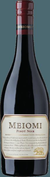 In het glas presenteert dePinot Noir van Meiomi Wines zich in een stralend robijnrood met paarse accenten. De neus onthult sterke tonen van verse aardbeien en sappige rode bessen - onderstreept door nuances van mokkabonen en bourbon vanille. Ook in de mond presenteren de aroma's van de neus zich met verder rood bessenfruit. De fijne tannines gaan gepaard met een zachte body en discrete fruitzuren. De afdronk heeft een prachtige lengte. Vinificatie van de Pinot Noir van Meiomi Wines De druiven komen uit de teeltgebieden van Monterey County, Santa Barbara County en Sonoma County. Na de oogst worden de Pinot Noir druiven naar de wijnmakerij gebracht om geperst te worden. Daarna volgt de gisting in roestvrijstalen tanks. Houtrijping zorgt voor de vanille en mokka nuances. Deze rode wijn rijpt in totaal 6 maanden in barriques van Frans eikenhout. Spijs aanbeveling voor Pinot Noir van Meiomi Wines Geniet van deze droge rode wijn uit Californië bij gemarineerde champignons met malse varkenshaas, eendenborst op een bedje van groenten of ook bij medaillons in peperroomsaus.