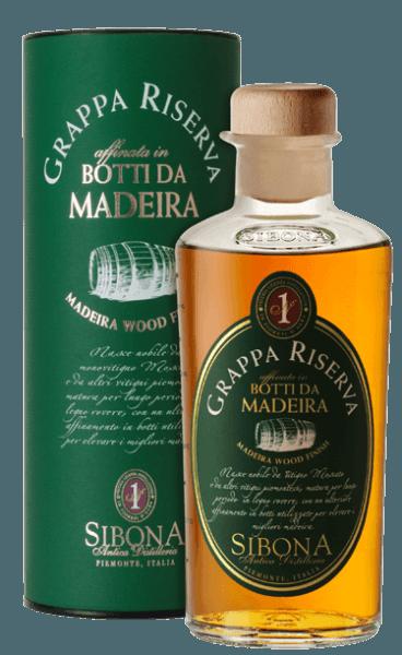 De Grappa Riserva Botti da Madeira van Antica Distilleria Sibona schittert intens amberkleurig in het glas. In de neus ontvouwt zich een fruitig, innemend bouquet, in de mond verrast deze Grappa Riserva met finesse, elegantie en rijkdom in smaak. In de lange afdronk klinken florale nuances door, die doen denken aan Madeira-wijn. Productie van de Grappa Riserva Botti da Madeira door Antica Distilleria Sibona De basis voor deze bijzondere grappa is een Grappa Riserva di Moscato gemaakt van de druivendraf van de muskaatdruif en andere Piemontese witte druivensoorten. Deze grappa is eerst lange tijd gerijpt in klassieke eiken vaten en vervolgens enkele maanden in houten vaten van het eiland Madeira, die daar vroeger voor de rijping van Madeira-wijn werden gebruikt. De Antica Distilleria Sibona heeft de methode van rijping in Madeira-vaten, die reeds met zeer goede resultaten voor whisky wordt toegepast, voor het eerst ook voor de rijping van Grappa Riserva's gebruikt. Het resultaat was uitstekend wat kwaliteit en smaak betreft, en werd met steeds meer succes en erkenning bekroond. Awards International Wine & Spirit Competition - BronsInternational Spirits Competition - Goud De grappa wordt geleverd in een aantrekkelijke geschenkverpakking.