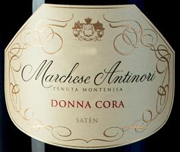 De Marchese Antinori Donna Cora Satèn Millesimé Franciacorta DOCG van Tenuta Montenisa van Marchesi Antinori is een mousserende wijn die alleen in de beste wijnjaren wordt geproduceerd. De Donna Cora Satèn Millesimé Franciacorta DOCG schittert in bleek strogeel in het glas met zeer delicate gouden reflecties, het dichte, romige schuim wordt gevormd door een zeer delicate en aanhoudende perlage. Het bouquet is royaal uitnodigend met delicate aroma's die doen denken aan bloemen en wit fruit, vooral witte perzik, veelzijdig en zeer aantrekkelijk. In de mond is deze Satèn Franciacorta verrukkelijk met zijn volheid, elegantie en complexiteit, aangevuld met een mooie, levendige frisheid. De afdronk is vol harmonie, evenwichtig, fijn en aanhoudend. Vinificatie van de Marchese Antinori Donna Cora Satèn Millesimé Franciacorta DOCG door Tenuta Montenisa Deze Spumante Satèn Metodo Franciacorta is gevinifieerd van 100% Chardonnay uit de eigen wijngaarden van het domein en geeft uitdrukking aan de rijkdom en veelzijdigheid van de Chardonnay-druif. De hele druiven worden voorzichtig direct geperst. De eerste most van deze persing ondergaat een alcoholische gisting in roestvrijstalen tanks en kleine barriques. In het voorjaar van het volgende jaar, na de oogst, begint de wijn aan de malolactische gisting en de rijping op de fijne droesem in de fles gedurende 60 maanden. Spijsaanbevelingen voor de Marchese Antinori Donna Cora Satèn Millesimé Franciacorta DOCG van Tenuta Montenisa Geniet van deze voortreffelijke Satèn Millesimé als aperitief of als ideale begeleider van pasta met vis, vis uit de oven en wit vlees.