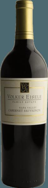 DeCabernet Sauvignon van Volker Eisele is een prachtige Californische rode wijncuvée gemaakt van Cabernet Sauvignon (78%) en Merlot (22%). De neus verwent met sappige bosbessen en zwarte bessen - met daaronder florale hints. In de mond presenteert deze wijn aroma's van rijpe hartkersen en vanille. De evenwichtige zuurgraad is perfect verweven met de rijpe tanninestructuur. De body is heerlijk vol, barstensvol elegantie. De textuur overtuigt met een dicht, fluweelachtig karakter. De afdronk biedt lengte en evenwicht tussen zuurgraad en fruit. Vinificatie van de Volker Eisele Cabernet Sauvignon De druiven komen van verschillende percelen van de Chiles Valley wijngaard en worden apart van elkaar geoogst en apart vergist in roestvrijstalen tanks. Deze wijn rijpt vervolgens in totaal 22 maanden in barriques van Frans eikenhout (Ailler en Troncais). Deze rode wijn wordt niet geklaard en ondergaat slechts een lichte filtering. Spijsadvies voor de Cabernet Sauvignon van Volker Eisele Family Estate Geniet van deze droge rode wijn uit Californië bij gezellige barbecues met familie en vrienden of bij gerechten met lamsvlees en rozemarijn. Onderscheidingen voor de Volker Eisele Cabernet Sauvignon Wine Enthusiast: 90 punten voor 2014 James Suckling: 93 punten voor 2014 Wine Enthusiast: 94 punten voor 2013 Robert M. Parker: 91 punten voor 2013 en 2014 James Suckling: 92 punten voor 2013 Wine Spectator: 87 punten voor 2013