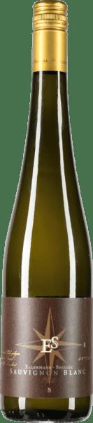 De Sauvignon Blanc van het wijnhuis Ellermann-Spiegel, die zowel in nieuwe tonneau vaten als in roestvrij staal wordt gerijpt, heeft een verleidelijk aroma van kruisbessen, kiwi, lychee en passievrucht. In de mond komen de tropische smaken samen met een delicate, minerale textuur en vormen samen een klassevolle wijn. Deze Duitse witte wijn maakt indruk met sappige vlierbessensmaken, rijpe kruisbessen en een enorme kruidigheid van koffie en geroosterde hazelnoten op de afdronk. Vinificatie van de Sauvignon Blanc Goldkapsel door Ellermann-Spiegel Voor zijn top Sauvignon Blanc gebruikt Frank Spiegel alleen druiven van opbrengstarme wijnstokken met een hoge gemiddelde leeftijd. Na de persing wordt de most gerijpt in roestvrijstalen tanks en ongeveer een derde in Franse eiken tonneau vaten. Spijsadvies voor de Sauvignon Blanc Goldkapsel van Ellermann-Spiegel Geniet van de Sauvignon Blanc van Frank Spiegel uit de Pfalz, bij sushi of frisse zomerse salades.