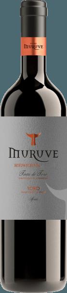 De Gran Muruve Reserva Toro uit de wijnstreek van Castilla y León heeft een dichte robijnrode kleur in het glas. Het rode wijnglas is licht hellend en laat aan de randen een charmante granaatrode tint zien. In de neus van deze Bodegas Frutos Villar rode wijn komen allerlei gedroogde pruimen, rozijnen en gedroogd fruit tevoorschijn. Alsof dat nog niet indrukwekkend genoeg is, voegt de rijping in kleine houten vaten nog meer aroma's toe zoals beukenrook en brandhout. Deze wijn is heerlijk met zijn elegante droge smaak. Het werd gebotteld met slechts 1,6 gram restsuiker. Zoals je van een wijn zou verwachten, betovert deze Spanjaard van nature met de fijnste balans ondanks al zijn droogte. Een uitstekende smaak heeft niet noodzakelijkerwijs suiker nodig. Deze krachtige rode wijn presenteert zich vol druk en facetten in de mond. Door de matige zuurgraad van de vruchten flatteert de Gran Muruve Reserva Toro het gehemelte met een zacht gevoel zonder dat het aan sappige levendigheid ontbreekt. In de finale inspireert deze rode wijn uit de wijnstreek Castilië - León uiteindelijk met veel lengte. Er zijn weer hints van gedroogd fruit en pruimen. Vinificatie van de Gran Muruve Reserva Toro van Bodegas Frutos Villar De basis voor de krachtige Gran Muruve Reserva Toro uit Castilië - León zijn druiven van de druivensoort Tempranillo. Na de druivenoogst bereiken de druiven zo snel mogelijk de wijnmakerij. Hier worden ze gesorteerd en zorgvuldig geslepen. De vergisting vindt dan plaats in klein hout bij gecontroleerde temperaturen. Na de gisting wordt de Gran Muruve Reserva Toro nog eens 12 maanden gerijpt in Amerikaanse eikenhouten barriques. Voedseladvies voor de Bodegas Frutos Villar Gran Muruve Reserva Toro Deze Spaanse rode wijn kan het best worden gedronken op een gematigde 15 - 18°C. Het is perfect als begeleiding bij groentecouscous met rundergehaktballetjes, ossobuco of raketpenne.