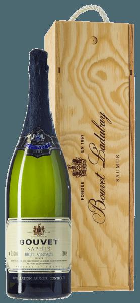 De Bouvet Saphir Saumur Brut Vintage van Bouvet Ladubay schittert lichtgeel met delicate groene reflecties in het glas. De perlage is erg fijn. In de neus toont de Bouvet Saphir veel witvlezige perzik, citrusnuances en fijne hints van lindebloesem. In de mond wordt deze Franse mousserende wijn gevolgd door een frisse, fruitige smaak waarin groene appel en witte perzik zijn ingebed. Deze crémant van een klasse apart onthult een volle body met een uitstekend gestructureerde zuurgraad. Bijzonder goed geschikt als aperitief of als afsluiting van een maaltijd. De Bouvet Saphir is een Brut Crémant die op geen enkel moment onaangenaam is. Elegant en heerlijk - voor alle mooie momenten in het leven. Vinificatie van de Crémant Jeroboam Bouvet Saphir Zoals elke goede Crémant wordt ook de Saphir geproduceerd in klassieke flesgisting. De cuvée van Chardonnay en Chenin Blanc rijpt na de flesgisting nog enkele maanden in de uitgebreide kelders van Bouvet Ladubay, tot de fles uiteindelijk wordt gedegorgeerd en de Saphir Brut in de handel komt. Spijsadvies voor de Jeroboam Bouvet Saphir Brut Geniet van de Bouvet Saphir Brut bij visgerechten, oesters, gegrilde garnalen, maar ook bij gepocheerd gevogelte en andere witvleesschotels.