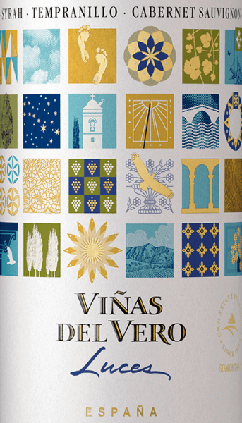 De druiven voor de prachtige rode wijn cuvéeLuces Tinto van Viñas del Vero groeien in het Spaanse teeltgebied DO Somontano. Deze rode wijn wordt gevinifieerd uit de druivensoorten Syrah, Tempranillo en Cabernet Sauvignon. Een stralend robijnrood met violette accenten schittert bij deze wijn in het glas. Het bouquet overtuigt de neus met een expressief aroma van rijpe kersen, bramen, zwarte bessen en subtiele hints van specerijen. Door de houtrijping komen er nog fijne braadtonen bij. Het gehemelte wordt verwend door een harmonieuze volheid en een bessenaroma (vooral bramen en frambozen) met kruidige noten. De tannines zijn heerlijk zacht en nestelen zich in de ronde body. De fijne frisheid van de zuren zorgt voor een ongecompliceerd drinkgenot. Aanbevolen voedsel voor deViñas del VeroLuces Tinto Deze droge rode wijn uit Spanje is een geweldige metgezel voor gezellige barbecue-avonden. Of serveer deze wijn bij gemengde voorgerechten en pittige pastagerechten.