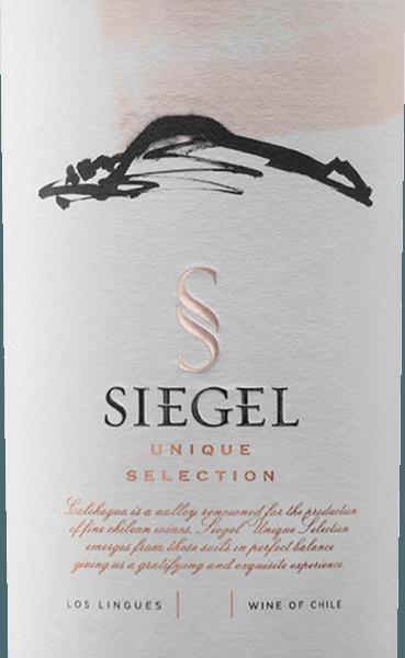De Unique Selection van Vina Siegel is een onvergetelijke cuvée van de druivensoorten Cabernet Sauvignon (45%),Carménère (35%) en Syrah (20%). Een prachtige violette kleur glinstert in het glas. Het bouquet verwent met expressieve aroma's van rode bessen - vooral framboos en rode bes en diverse kruidige tonen. De aroma's in de neus gaan vergezeld van nuances van rode peper, versgemalen koffie en wat tabak. In de mond vertoont deze Chileense rode wijn een zacht, goed geïntegreerd tannine-kader en een prachtige complexiteit. De afdronk is heerlijk lang en aanhoudend. Vinificatie van deUnieke Selectie De druiven voor deze rode wijn uit Chili komen uit de groeigebieden vanColchagua Valley en Central Valley Na de maceratie van 2-3 weken vindt de malolactische gisting plaats in barriques. Opdat de Unique Selection zijn onmiskenbaar karakter zou krijgen, wordt deze nog 16 jaar in barriques gerijpt en rijpt hij nog 6 maanden in de fles. Spijsadvies voor deViña SiegelUnique Selection Geniet van deze droge rode wijn bij runderrollade met rode kool en peterselieaardappelen, kipcurry met basmatirijst of ook bij pittige kazen. Awards voor de Unieke Selectie Tim Atkin: 94 punten voor 2013 Descorchados: 94 punten voor 2013 Carménère al Mundo: Goud voor 2013 Concours Mondial de Bruxelles: Groot goud voor 2013 Internationale Wijn- en Gedistilleerdwedstrijd: Zilver voor 2013