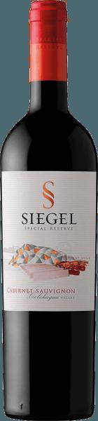 De Special Reserve Cabernet Sauvignon van Viña Siegel openbaart zich in het glas in een diep robijnrood met een zeer complex bouquet. Dit ontvouwt de aroma's van zwarte bosbessen, tabaksbladeren en kaneelstokjes. Deze Chileense rode wijn is in de mond aanwezig met geconcentreerd fruit, dat ingebed is in een stevige structuur. Met veel fruit, deze complexe wijn eindigt met een lange afdronk. Vinificatie van de Speciale Reserve Cabernet Sauvignon van Viña Siegel Na de oogst worden de druiven voor deze single-varietal Cabernet Sauvignon gedurende 5 dagen koud gemacereerd en vervolgens onderworpen aan alcoholische fermentatie bij 27-29°Celsius. De daaropvolgende maceratie vindt plaats over een periode van 2-3 weken. De Special Reserve Cabernet Sauvignon rijpte ongeveer 10-12 maanden in Frans eiken. Spijsadvies voor de Special Reserve Cabernet Sauvignon Geniet van deze droge rode wijn bij pasta, varkenshaas of rosbief.
