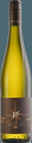 """De Riesling Gutswein dry van Ellermann-Spiegel uit de Pfalz laat zich zien als een prachtige rieslingvariëteit. Briljant lichtgeel in de Gllas, in de neus fijne aroma's van perzik, appels, nuances van cassis, minerale accenten en florale tonen. Hij danst bijna op de tong, met buitengewoon sappig fruit in de mond, minerale, delicate kruidige tonen, gedragen door fijne en tegelijk verfrissende zuren. Lange, mineraal-fruitige afdronk. Een klassieker voor liefhebbers van Duitse Rieslings. Aanbevelingen en proeftips Voor """"een mond vol Riesling"""" is deze Pfalz Riesling Gutswein trocken van Ellermann-Spiegel de eerste keus. Hij kan solo worden gedronken, als aperitief, maar gaat idealiter goed samen met asperges, vis en Aziatische gerechten. Vinificatie De Riesling Gutswein trocken van Ellermann-Spiegel rijpt in roestvrijstalen tanks en blijft enige tijd op de fijne gist, zodat de elegante aroma's van deze klassieke Riesling uit de Pfalz zich mooi kunnen ontwikkelen, voor smakelijk, aromatisch-elegant drinkgenot."""