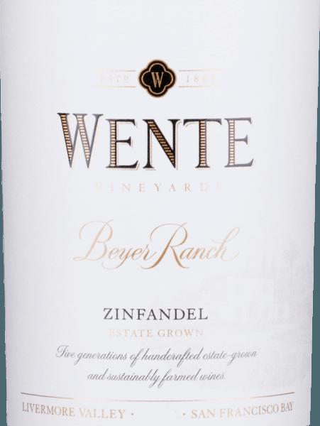 Van de druivensoorten Zinfandel (80%) en Petite Sirah (20%) wordt de volle, rondeBeyer Ranch Zinfandel gevinifieerd door Wente Vineyards uit het Amerikaanse wijnbouwgebied Californië. In het glas glinstert deze wijn als diep robijnrood met paarse accenten. De neus geniet van een kruidig-fruitig bouquet met aroma's van wilde bessen (vooral framboos en braambes), sappige kersen - elegant onderstreept door versgemalen peper en wat eiken kruidigheid. De aroma's van de neus worden ook weerspiegeld in de mond en worden perfect ondersteund door een volle structuur en een ronde body. De tannines zijn prachtig geïntegreerd en begeleiden in de lange, mooie afdronk. Vinificatie van de WenteBeyer Ranch Zinfandel Na de oogst van de twee druivensoorten worden de druiven afzonderlijk gefermenteerd in roestvrijstalen tanks in de wijnmakerij van Wente Vineyards. Het beslag wordt twee tot drie keer per dag overgepompt. Na de gisting rijpt deze Amerikaanse rode wijn zowel in roestvrijstalen tanks als in eikenhouten vaten. Aanbevolen voedsel voor deZinfandelWente Beyer Ranch Geniet van deze droge rode wijn uit de VS bij voorgerechten - zoals tapas of antipasti - lamsspiesjes vers gegrild, of gestoofd vlees in donkere saus.