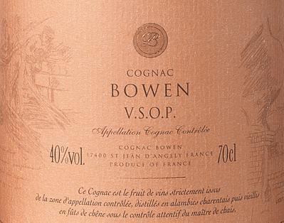 Cognac Bowen's Cognac VSOP is een volle, verfijnde brandewijn gemaakt van de druivensoorten Ugni Blanc (80%), Colombard (15%) en Folle Blanche (5%). In het glas glinstert deze cognac in een warme mahonie met goudbruine reflecties. Het elegante bouquet combineert fruitige aroma's van sappige pruimen en rijpe peren met florale tonen en fijne houtnuances - dankzij de rijping in Limousin eikenhout. In de mond is deze Franse brandewijn heerlijk warm en zacht met een volle afdronk die in beslag wordt genomen door de heerlijke aroma's op de neus. De lange afdronk is zeer elegant en wordt begeleid door fijne specerijen (vanille) en eikenhout. Vinificatie van de Cognac Bowen VSOP De druiven voor deze Cognac worden zeer vroeg geoogst en vergist tot een sterkzure witte wijn. De zuurgraad beschermt tegen oxidatie, aangezien Cognac niet gezwaveld is. Deze basiswijn wordt nu tweemaal gedistilleerd in een koperen distilleerketel volgens de traditionele distillatiemethode uit Charentais. Voor de rijping worden houten vaten van Limousin-eik gekozen. Deze cognac rijpt daarin minstens 4 - 5 jaar. Serveersuggesties voor de Bowen Cognac VSOP Geniet van deze Franse brandewijn solo met een sigaar naar keuze of als digestief na een exquis menu.