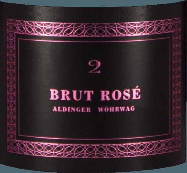 De Brut Rosé 2 mousserende wijn van Aldinger & Wöhrwag komt het glas binnen in een lichtroze kleur en onthult onmiddellijk een fijne, elegante perlage die minstens zo indrukwekkend is als de fles. De neus van deze Württemberger Winzersekt wordt gedomineerd door een delicate rozengeur, die vergezeld gaat van hints van vlierbes en kruidige duindoornbessen. Geurige nuances van kweepeer, sinaasappel en kumquats samen met fijne gisttoetsen ronden het bouquet van de Aldinger en Wöhrwag Brut Rosé 2 af. In de mond is de Brut Rosé 2 zowel elegant als krachtig. Een uitzonderlijke rosé mousserende wijn, die kan concurreren met menig champagne voor 3-4 keer de prijs. Vinificatie van de mousserende wijn Brut Rosé 2 van Aldinger & Wöhrwag Deze mousserende wijn van verschillende Bourgondische druiven is het gezamenlijke project van de wijnhuizen Aldinger en Wöhrwag uit de omgeving van Stuttgart. Beide VDP-wijnhuizen besloten dat voor een dergelijke onderneming maximale expertise nodig was, en die vonden zij logischerwijs bij Volker Raumland, de onbetwiste meester van de mousserende wijn in Duitsland. In 2006, twee jaar na de eerste Pinot Brut, was het zover. De eerste Brut Rosé zag het licht in de wijnwereld. De basiswijn voor deze top rosé mousserende wijn wordt uitsluitend gevinifieerd in roestvrijstalen tanks. De tweede gisting vindt logischerwijs plaats in de fles. Daarna rijpt Aldingers en Wöhrwags Brut Rosé 2 nog twee hele jaren op de gist voordat de flessen worden gedegorgeerd en gekurkt. Spijsadviezen voor de Brut Rosé 2 van Aldinger en Wöhrwag Serveer deze exclusieve mousserende wijn van de Duitse wijnboer als aperitief met langoustine op avocado-appel tartaar of met lichte canapés.