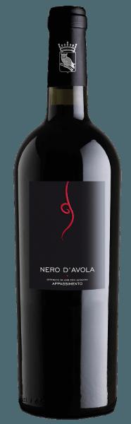 De varietalTardus Appassimento Nero d'Avola vanCantine Minini biedt een fruitig bouquet met aroma's van rijp rood fruit en fijne kruidige hints. Het gehemelte wordt gestreeld door veel bessenfruit, vooral bosbes en een volle, maar niet opdringerige structuur. Serveertip / Combinatie met eten Bij de mediterrane keuken, vooral bij pasta, is de rode wijn uit Sicilië een uitstekende begeleider.