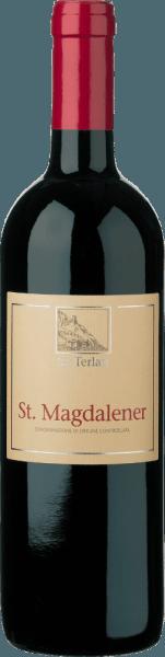 """De St. Magdalener Alto Adige DOC van Cantina Terlan openbaart zich in een sterk robijnrood in het glas. Het bouquet van deze rode wijn streelt de neus met aroma's van vlierbessen en kersen. Op de achtergrond zijn fijne nuances van bittere amandelen en viooltjes te bespeuren. Deze fruitgedreven wijn is zacht en elegant in de mond met een evenwichtige zuurstructuur. Het lage tanninegehalte is te danken aan de Vernatsch. Vinificatie van de St. Magdalener Alto Adige DOC van Cantina Terlan Deze cuvée is gevinifieerd uit 85% Vernatsch en 15% Lagrein. De gebruikte druiven zijn afkomstig van de wijngaard Häuslerhof bij Bolzano. In het verleden werd deze wijn ook verkocht onder de naam """"Häuslerhof"""" of """"Häusler"""". Intussen is dit epitheton verlaten, maar aan de wijn is niets veranderd. De met de hand geplukte druiven worden ontsteeld en vervolgens op de schillen gefermenteerd bij een gecontroleerde temperatuur. Dit gebeurt langzaam en met zachte bewegingen van het beslag in roestvrijstalen tanks. De malolactische gisting en de rijping vinden plaats in grote houten vaten. Spijs aanbeveling voor de St. Magdalener van de Terlan Winery Geniet van deze droge rode wijn bij Tirools spek en Bündnerfleisch, rund- en hertenvlees, pasta met salsiccia, kalfsmedaillons in sjalottensaus of bij gekookte Tafelspitz. Onderscheidingen voor de St. Magdalener Alto Adige DOC van Cantina Terlan James Suckling: 91 punten voor 2016 Vini Buoni d'Italia: 3 sterren voor 2016 en 2013 James Suckling: 90 punten voor 2015"""