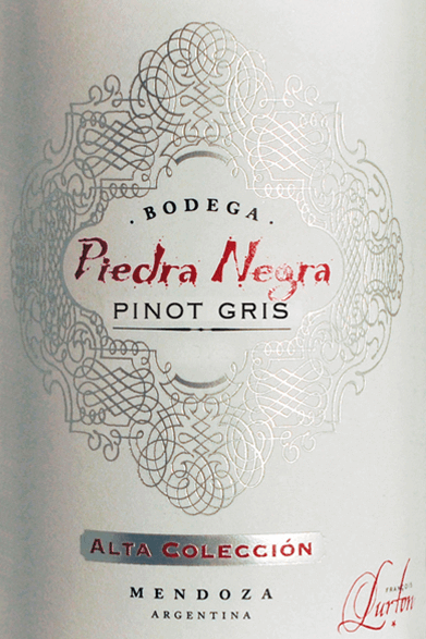De Alta ColleciónPinot Gris van Bodega Piedra Negrakan worden beschouwd als een uitstekende ambassadeur van de unieke Lurton wijnstijl. Een helder fruit, verleidelijke gratie en een uitgesproken persoonlijkheid kenmerken deze rassige Pinot Gris. Deze wijn vult het glas met een helder glanzend strogeel samen met groenige reflecties. Het geurige bouquet ontvouwt frisse, fruitige, aromatische tonen van witte perzik en peer. De frisse, sappige smaak brengt veel fruit en een levendige zuurgraad. Desondanks is deze Argentijnse witte wijn zacht, vol en heerlijk in balans, waardoor het een pittige en charmante verleider is. In de afdronk blijven de mooie aroma's nog lang hangen. Vinificatie van de Alta ColleciónPinot Gris van Piedra Negra De Pinot Gris druiven worden 's nachts en in de koele ochtenduren geoogst. De druiven worden dan onmiddellijk naar de wijnmakerij gebracht, waar ze zorgvuldig worden ontsteeld en langzaam worden geperst. De resulterende most wordt gedurende 24 uur gekoeld om de droesem te laten bezinken (sedimentatie) en vergist door toevoeging van geselecteerde gisten. Na afloop van de gisting blijft deze jonge wijn nog drie tot zes maanden op de fijne gisten, voordat hij uiteindelijk wordt gebotteld, slechts licht gefilterd. Aanbevolen voedsel voor de Piedra Negra Alta ColleciónPinot Gris Deze droge witte wijn uit Argentinië past uitstekend bij pasta met vis en zeevruchten, zeeduivel met Provençaalse kruiden en specerijen of geroosterd varkensvlees.