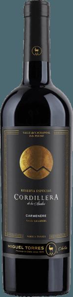 De Cordillera Carmenère van Miguel Torres Chili is een rasechte, aromatische rode wijn uit deValle de Curico in het wijngebied Valle Central. In een zeer diep robijnrood met sterke rode tinten presenteert deze wijn zich in het glas. In de neus ontvouwt zich een expressief bouquet met aroma's die typisch zijn voor de druif - rijpe bramen en sappige aalbessen gaan samen met tonen van eucalyptus en leer, ondersteund door fijne noten van kruidnagel, laurier en zwarte peper. De body is heerlijk vol in de mond met ronde tannines die perfect geïntegreerd zijn. De aroma's van de neus verwennen ook het gehemelte en gaan vergezeld van subtiele kruidige en toastachtige tonen van vatrijping. Met een aangename, aanhoudende lengte sluit deze Chileense rode wijn af. Vinificatie van de Torres CordilleraCarmenère Nadat de druiven zijn geoogst, worden ze eerst streng geselecteerd, ontsteeld, gekneusd en in de wijnmakerij gemacereerd. De most wordt vervolgens gedurende 7 dagen bij een gecontroleerde temperatuur van 28 graden Celsius in roestvrijstalen tanks vergist. De maceratieperiode voor deze rode wijn is een maand. Daarna wordt deze wijn zorgvuldig afgetapt en rijpt hij in Franse eiken vaten gedurende in totaal 11 maanden. Daarvan bestaat 30% uit nieuw hout en 70% uit vaten van tweede ouderdom. Aanbevolen voedsel voor deCarmenèreMiguel Tores Cordillera Geniet van deze droge rode wijn uit Chili bij krachtige vleesgerechten uit de oven - zoals gebraden lamsvlees met rozemarijnaardappeltjes - bij vers gegrild vlees of ook bij gerijpte harde kazen.