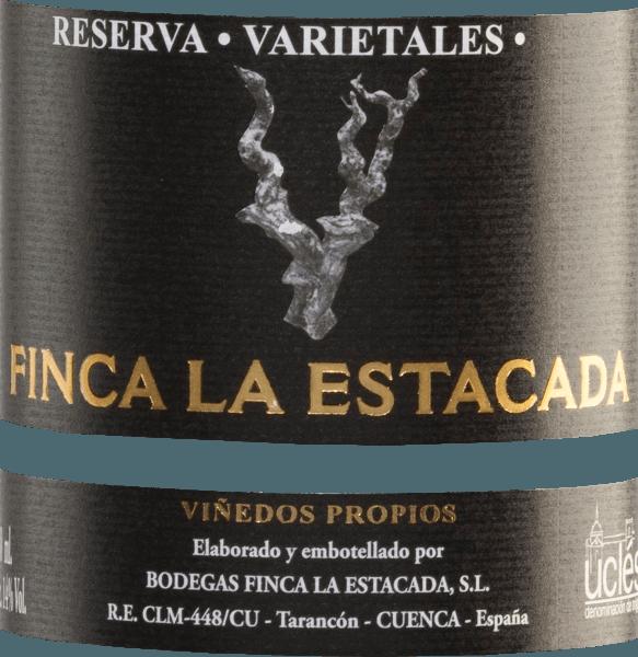 De Varietales Reserva Tinto van Finca La Estacada is een prachtige, Spaanse rode wijn cuvée van de druivensoorten Tempranillo (40%), Cabernet Sauvignon (20%), Merlot (20%) en Syrah (20%). Het glas schittert in een dicht kersenrood met heldere robijnrode reflecties. Het prachtig gelaagde en complexe bouquet onthult weelderige tonen van bramenjam, cederhout, likeur, koffie, rozemarijn en eucalyptus. De aroma's van de neus presenteren zich ook in de mond en worden perfect onderstreept door de dichte body. Zachte tannines en een lange afdronk bekronen deze veelzijdige rode wijn. Vinificatie van de Tinto ReservaFinca La EstacadaVarietales Na de oogst van de druiven voor deze cuvée van rode wijn in het teeltgebiedUclés, worden de druiven geselecteerd, ontsteeld en wordt het beslag vergist in roestvrijstalen tanks. Na de gisting rijpt deze rode wijn gedurende 18 maanden in vaten van Amerikaans en Frans eikenhout (bezetting telkens tot 50%). Dit geeft deze wijn zijn heerlijke kruidige aroma's, fluweelzachte tannines en krachtige kleur. Aanbevolen voedsel voor de Finca La Estacada Varietales Reserva Tinto Deze droge rode wijn uit Spanje is een stijlvolle feestwijn die kan worden aanbevolen bij gebraden lamsvlees, rundvlees, hertenvlees, hert en wild zwijn. Onderscheidingen voor de Reserva Tinto Varietales Finca La Estacada Mundus Vini: Goud voor 2012 Guia Penin: 89 punten voor 2010