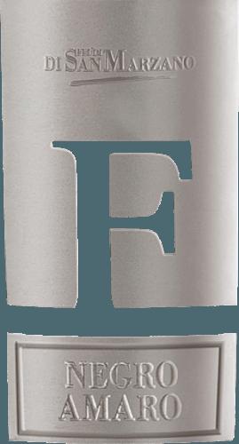 De Negroamaro F van Cantine San Marzano in het Italiaanse wijnbouwgebied Apulië is een uitstekende, complexe en volle rode wijn. Deze wijn heeft een donkerpaarse kleur met een zwarte kern in het glas. Het bouquet hier straalt met dichtheid en onthult aroma's van rijpe zwarte bessen. Tonen van kersenjam en gestoofde pruimen zijn ook duidelijk waarneembaar en worden gecombineerd met hints van cacao, kruidnagel, kaneel en tijm. Zijdezacht, de dichte tanninestructuur flatteert het gehemelte. Hier domineren de fruit- en kruidensmaken, die in evenwicht worden gehouden door een fijn zuurtje. Ook de volle en dichte body van deze krachtige wijn komt goed tot zijn recht. Een zeer lange afdronk rondt de wijnervaring af. Vinificatie van de San Marzano Negroamaro F De zuivere Negroamaro is afkomstig van autochtone wijnstokken en een optimale locatie om de nadruk te leggen op fruit en diepte. Lage opbrengsten, als gevolg van de kalkhoudende rotsbodem en de warme winden uit Afrika, zorgen voor een gezonde ontwikkeling van de druiven en dwingen de hoge kwaliteit van de wijngaard af. De rijke wijnbouwtraditie van het gebied rond Taranto en San Marzano resulteert in een overvloed aan autochtone druivensoorten en dus de mogelijkheid om veel spannende, gebiedseigen en kwalitatief hoogstaande wijnen te maken. De druiven voor deNegroamaro F wordt voornamelijk met de hand geoogst in september. De laatste stap in de verfijning van de wijn is de rijping gedurende 12 maanden in Franse en Kaukasische eiken vaten. Hier kunnen de tannines van het druivenras en de inherente fruitige aroma's optimaal rijpen en werken. Spijsaanbeveling voor de Cantine San Marzano Negroamaro F De drinktemperatuur is 18°C. Geniet van deze rode wijn uit Italië op zichzelf, zonder eten, of geniet ervan bij delicate hors d'oeuvres, rood vlees, wild en pecorino.