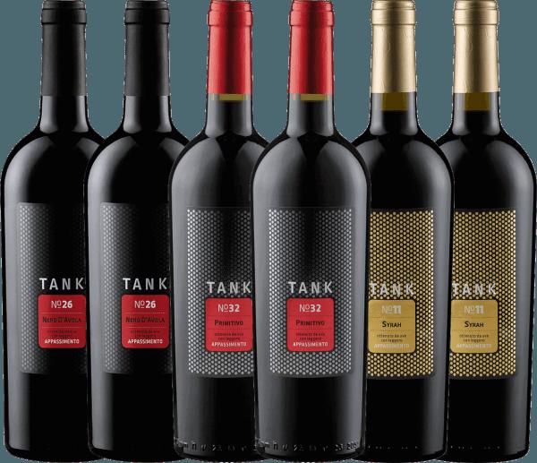 Maak kennis met de TANK wijnen van de Cantine Minini uit het zuiden van Italië in ons kennismakingspakket. Tank nr. 26 is rijk aan extract en zeer geconcentreerd met prachtige fruitzuren - Tank nr. 32 is dicht en fluweelzacht met een discrete restzoetheid - Tank nr. 11 is krachtig en zijdezacht met een fijne restzoetheid Alle TANK creaties werden gevinifieerd in het Appassimento proces. Bij dit proces, dat bekend is van de Amarone, worden de druiven gedroogd, zodat hun aroma's geconcentreerd worden. De TANK-wijnen worden echter niet op stromatten in speciale hutten gedroogd, maar direct aan de wijnstok in de Zuid-Italiaanse zon. Hetdegustatiepakket van TANK wijnen van Cantine Minini omvat 2 flessen:TANK No 26 Nero d'Avola Appassimento van Cantine Minini(droog - 13,5 Vol% - Mundus Vini: Goud) 2 flessen:TANK No 32 Primitivo Appassimento van Cantine Minini(halfdroog - 14,0 Vol% - Mundus Vini: Zilver) 2 flessen:TANK No 11 Syrah Appassimento van Cantine Minini(halfdroog - 14,0 Vol%)