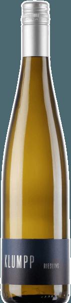De Riesling van Klumpp wordt gekenmerkt door frisse citrusaroma's, mirabellen en een tropisch exotisme van mango. In de mond is deze witte wijn verrukkelijk met zijn minerale zuren en romige smelt. Deze sappige en verkwikkende Riesling eindigt in een filigrane afdronk. Vinificatie van de Klumpp Riesling De druiven voor deze witte wijn uit Baden zijn afkomstig van oude wijnstokken die geworteld zijn in kalkrijke lössbodems. Na de oogst wordt deze wijn gedurende 2 maanden in roestvrijstalen tanks vergist, waardoor deze Riesling zijn volle fruitigheid en mineraliteit kan ontwikkelen. Spijsadvies voor de Klumpp Riesling Geniet van deze droge witte wijn bij vis, zeevruchten en sushi of de Aziatische keuken.