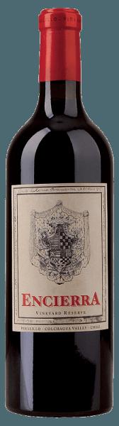 DeVineyard Reserve van Encierrais een vlaggenschip van de Chileense wijn met een heldere, briljante bordeauxrode kleur. Hij onthult indrukwekkende aroma's van rood en zwart fruit (zwarte bessen, bosbessen, frambozen,pruimen,kersen, bramen), specerijen (peper, zoethout) en cederhout. Nuances van chocolade en leer komen erbij. Hij is complex gestructureerd, krachtig, rijk aan finesse en bezit een rijke variëteit aan aroma's, evenals een evenwichtige tanninestructuur. Hij wordt afgerond door een lange afdronk, fijne tannines en mooie fruitige nuances.Wij raden hem aan bij pittige tapas, kruidige en romige pasta's, geroosterd of gestoofd rundvlees of mediterraan lamsvlees. Deze blend bestaat voor 58% uit Cabernet Sauvignon, 26% Syrah, 10% Merlot, 3% Carménère en 3% Petit Verdot.