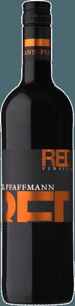 De rode wijngaard van Markus Pfaffmanntoont zich in een diep donkerpaars. Fruitige pruimen- en bramenaroma's domineren de neus, gevolgd door mokka- en chocoladetonen en een fijne kruidige houtnuance. In de mond is deze rode wijn verrukkelijk met zijn aangename tanninestructuur, volume en sappigheid. De afdronk van deze cuvée doet denken aan kersen en chocolade met een vleugje specerijen. Vinificatie van de Markus Pfaffman Rood Om aan de verschillende eisen van de afzonderlijke druivenrassen te voldoen, werden ze in verschillende wijngaarden verbouwd en afzonderlijk gevinifieerd. Terwijl Merlot de voorkeur geeft aan diepe bodems met voldoende watertoevoer, vereist Frühburgunder zandige lössleem met kalkinvloeden. Tenslotte heeft de Duinkelfelder vruchtbare grond nodig. Na de oogst worden de druiven ontsteeld en in een molen gekneusd, waaruit de brij wordt verkregen. Dit wordt nu een bepaalde tijd aan zichzelf overgelaten voordat het in de stalen tank gaat gisten. De maceratietijd en ook de beweging van het beslag variëren naargelang van de variëteit. Ten slotte wordt de wijn van het beslag afgetapt en gedeeltelijk in roestvrij staal en gedeeltelijk in kleine of grote houten vaten gerijpt. Zo wordt een harmonieus samenspel tussen fruit en hout bereikt Spijsaanbeveling voor de Rode Wijngaard door Markus Pfaffmann Geniet van deze droge rode wijn bij intense vlees- en kaasgerechten.