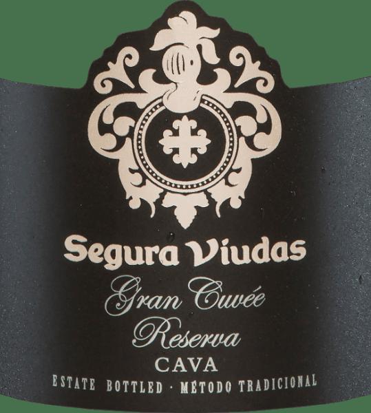 De Gran Cuvée Reserva Brut DO van Segura Viudas is een cava gemaakt van de druivensoorten Chardonnay, Macabeo, Parellada en Pinot Noir. In het glas schittert hij met een schitterend goudgeel en sprankelende reflecties. Het bouquet van deze Spaanse mousserende wijn onthult complexe aroma's van geel fruit, vooral mirabellen met een hint van banaan. De aroma's in de neus worden ondersteund door citrusvruchten en hints van witte bloemen. In de mond is de Gran Cuvée Reserva Brut van Segura Viudaszeer rijk aan finesse met intens fruit en een evenwichtige zuurgraad. Een zeer elegante Cava, die hoe dan ook in het geheugen gegrift blijft. Vinificatie van de Gran Cuvée Reserva Brut van Segura Viudas Nadat de druiven voor deze Cava met de hand zijn geoogst, worden ze gekneusd en wordt de most geperst. De gisting vindt vervolgens plaats in roestvrijstalen tanks onder temperatuurcontrole. De tweede gisting in de fles wordt gevolgd door 15 maanden flesrijping op de volle droesem voordat de Gran Cuvée Reserva uiteindelijk wordt gedegorgeerd. Aanbevolen voedsel voor de Gran Cuvée Reserva Geniet van deze Spaanse mousserende wijn bij scholfilet op een bedje van groenten, zalm in bladerdeeg of bij alle sushivariaties. Prijzen voor de Segura Viudas Cava Gran Cuvée Mundus Vini: Goud De Champagne & Mousserende Wijn Wereldkampioenschappen UK: Goud